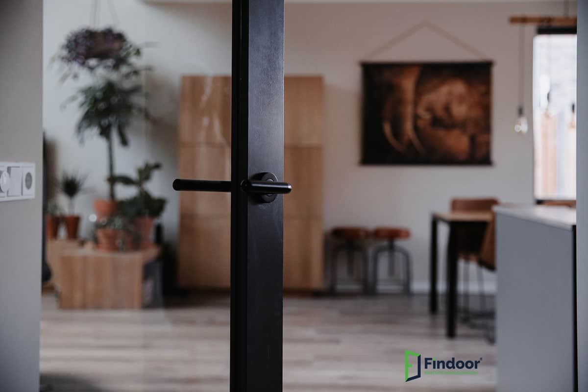 zwart beslag staallook deur